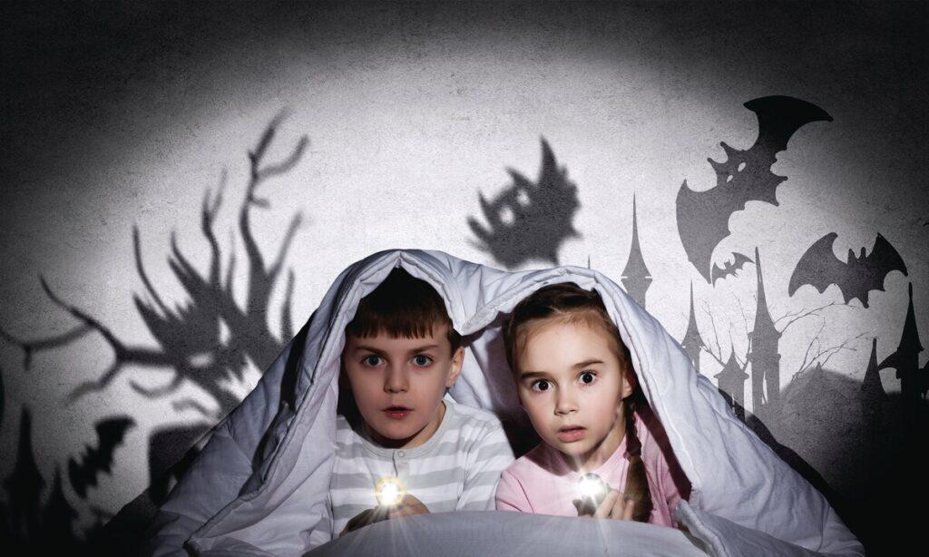 Ребенок боится спать один.
