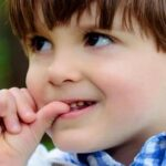 Ребенок грызет ногти. Что делать родителям?