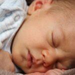 Почему потеет грудной ребёнок? Причины и что делать родителям?